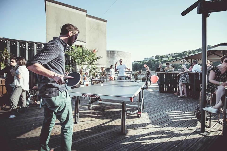 apres le travail ping-pong camaraderie